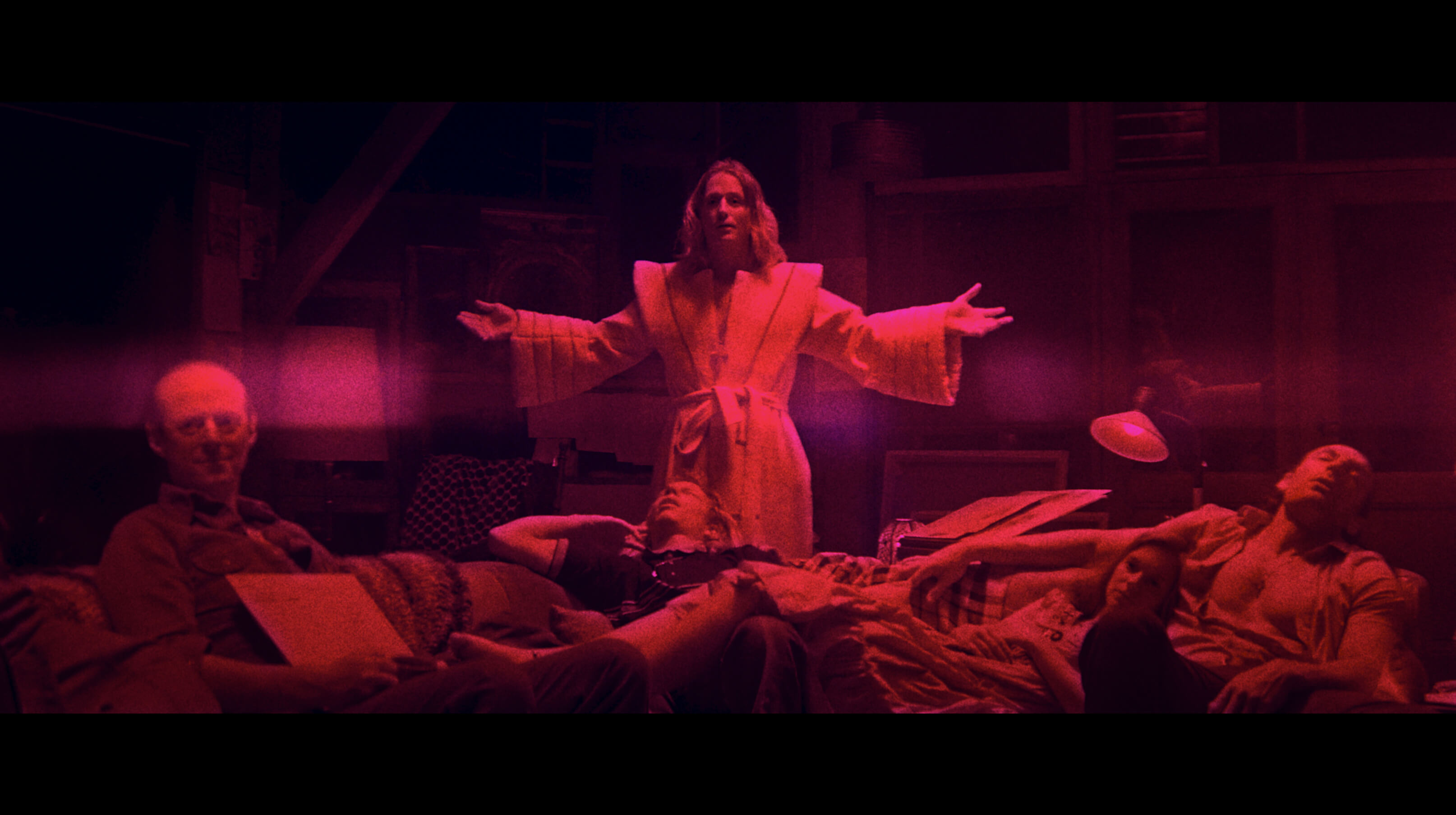 《曼蒂》描述為了救出被邪教擄走的妻子,尼可拉斯凱吉大殺四方的故事。