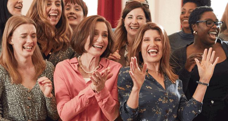 《女聲我最美》是改編真人真事,也是英國第一支「軍妻合唱團」,當時推出的單曲意外登上聖誕單曲榜的冠軍寶座。