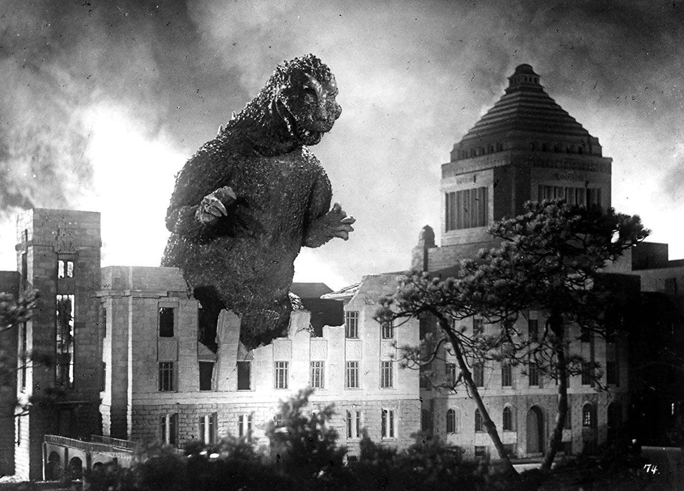 1954 年 11 月 3 日上映的東寶特攝怪獸災難片《哥吉拉》,正在破壞國會議事堂。