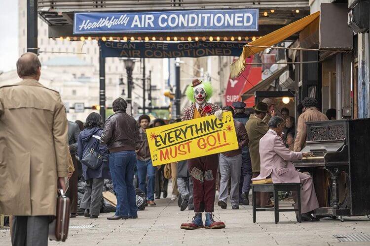 曾是不得志的單口喜劇演員,甚至需要扮小丑上街當人形廣告看板,《小丑》電影中的亞瑟(瓦昆菲尼克斯 飾)曾是社會底層受壓迫的存在。