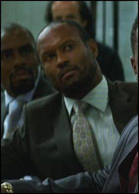 在黑暗騎士電影的鉛筆橋段裡,被希斯萊傑擊倒三次的查爾斯賈曼