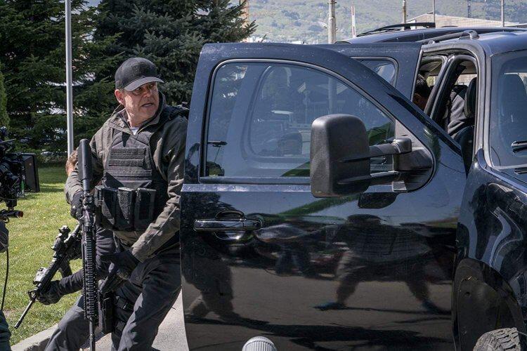 《全面攻佔 3:天使救援》裡由丹尼休斯頓飾演的韋德 (Wade) 與麥克兄弟情深。