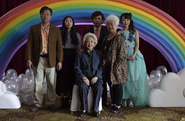 好評不斷的電影《 別告訴她 》(The Farewell) 為 奧卡菲娜 (Awkwafina) 與導演 王子逸 (Lulu Wang) 首次合作,改編自導演親身故事。