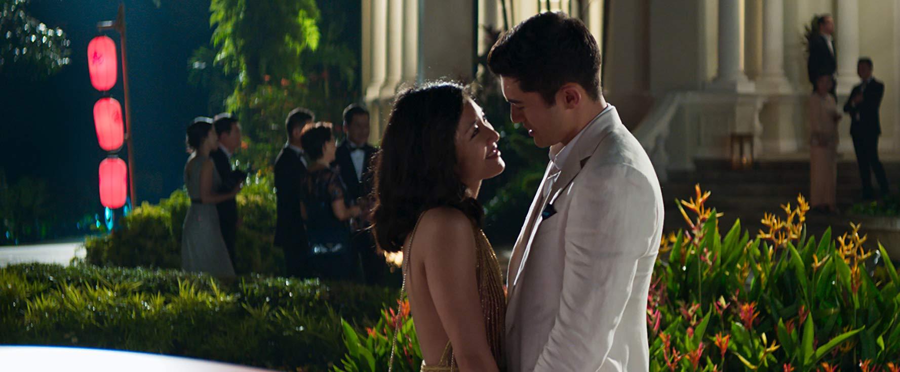 「 有錢到爆 」的名流戀愛故事 :《 瘋狂亞洲富豪 》電影劇照 。