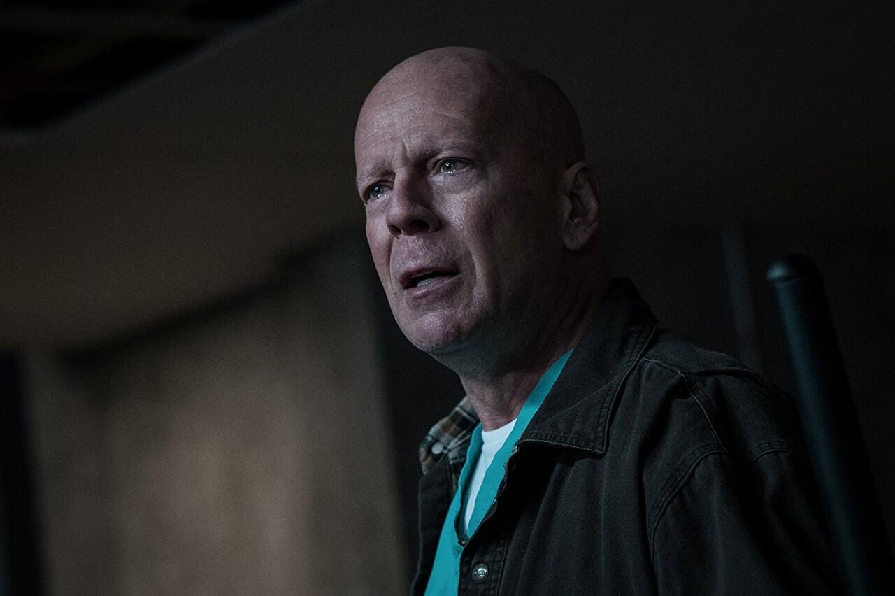 以《 終極警探 》為人所知的影星 布魯斯威利 在《 猛龍怪客 》飾演為了復仇而走上私刑報復之路的平凡父親。