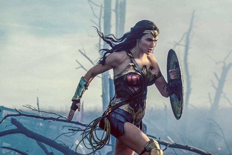 不讓 DC《神力女超人》專美於前,漫威也推出了女性主角的《驚奇隊長》。圖為蓋兒加朵飾演的天堂島公主黛安娜。