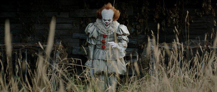 比爾史柯斯嘉 (Bill Skarsgard) 飾演小丑「潘尼懷斯」