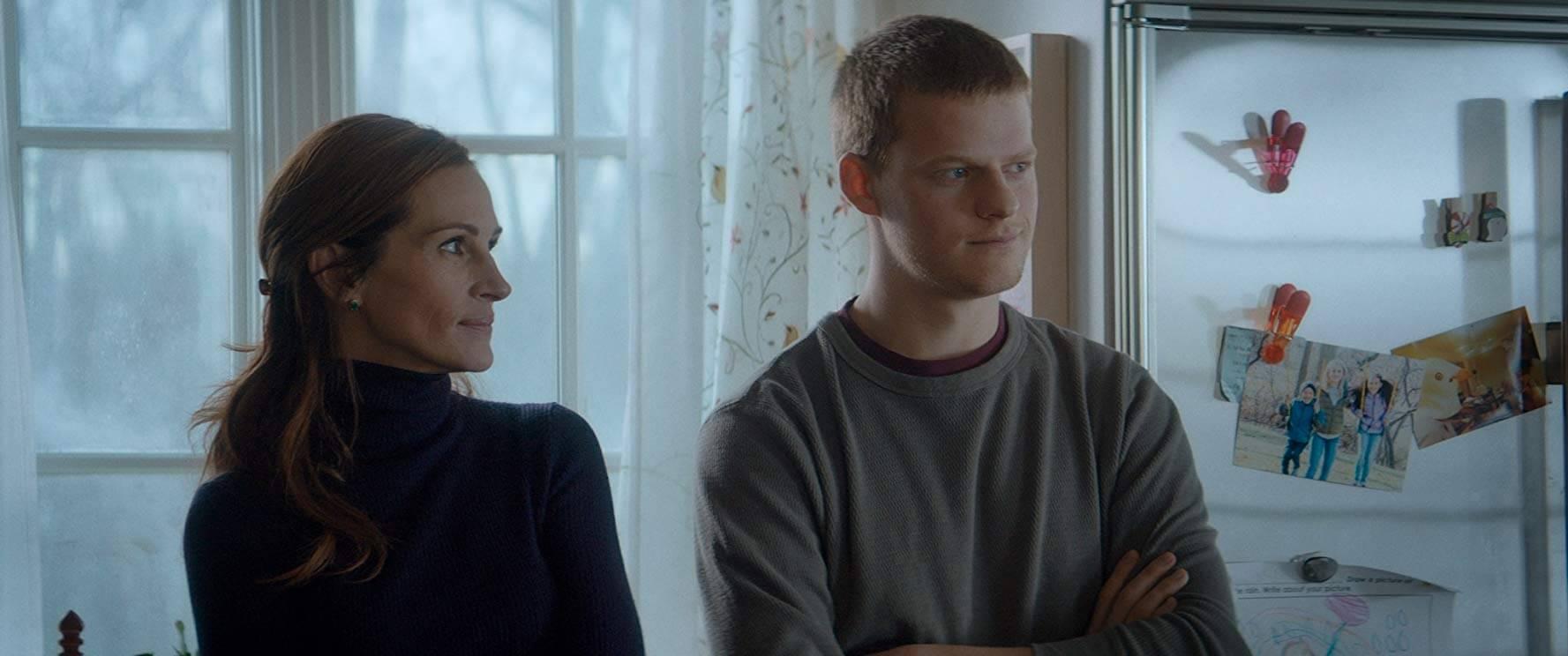 《班恩回家》中,迷途知返的兒子卻仍受毒品及惡友的箝制,班恩決心和母親一同斬斷惡的枷鎖。