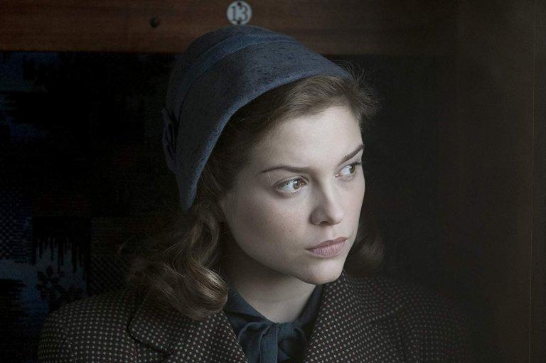 間諜電影《紅色密令》劇照,世界大戰對全球帶來毀滅性的影響,也讓一位平凡女性成為最不起眼的間諜。
