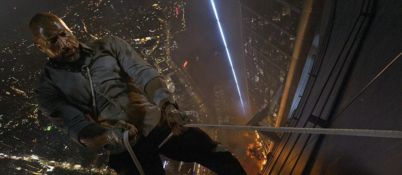 《 摩天大樓 》中, 巨石強森 挑戰各種高難度高空跳躍,驚險直逼「 不可能的任務 」。