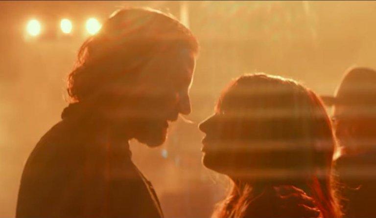 《一個巨星的誕生》中有大量演唱會場景,其燈光美的令人屏息。