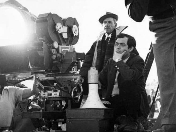 《萬夫莫敵》片場照,導演庫柏力克及攝影羅素麥提。