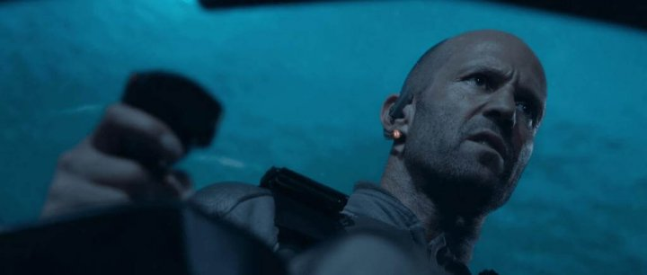 傑森史塔森 在《 巨齒鯊 》中大戰大大大鯊魚。