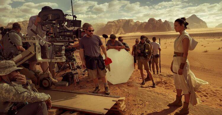 導演 J.J. 亞伯拉罕與演員黛西蕾德莉在拍攝《STAR WARS:天行者的崛起》的片場照。