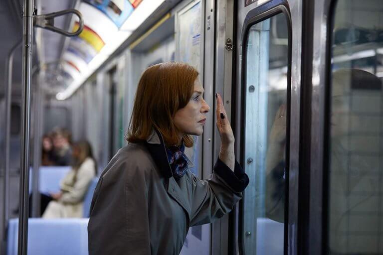 《侵密室友》片中,伊莎貝雨蓓飾演控制欲極高的恐怖室友,一旦被糾纏上身便難以脫逃。