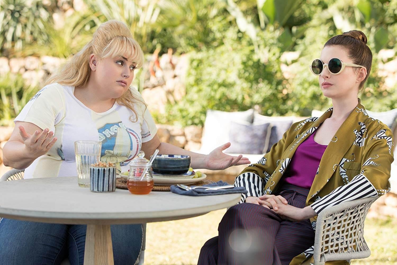「胖艾美」瑞貝爾威爾森與「美國甜心」安海瑟薇化身《詐騙女神》聯手騙好騙滿。