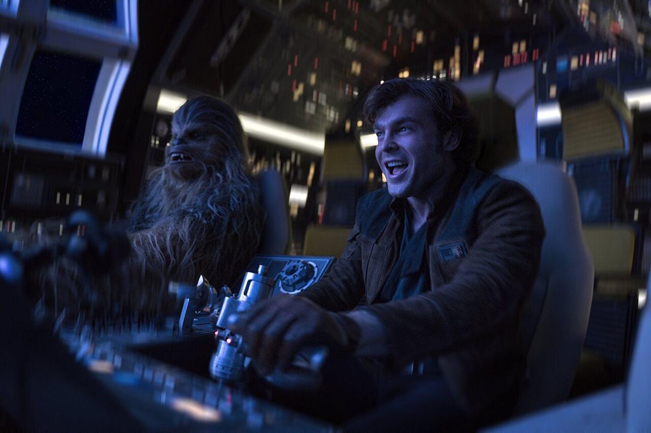 由 艾登艾倫瑞克 飾演的年輕 韓索羅 有他「 痞子英雄 」的豪放不羈風味。