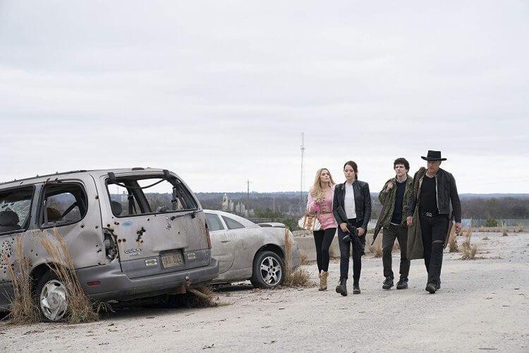 《屍樂園:髒比雙拼》(Zombieland: Double Tap) 中柔弱的哥倫布(傑西艾森柏格飾)、狠角色塔拉哈西(伍迪哈里遜飾)、Wichita (艾瑪史東) 和怪怪少女(艾碧貝絲琳)全部回歸再戰喪屍!