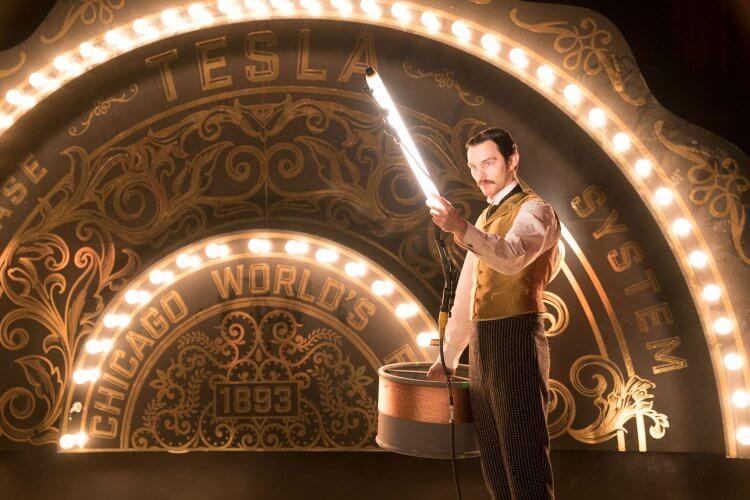 尼可拉斯霍特在《電流大戰》中演出古怪、愛穿名貴衣服的特斯拉。