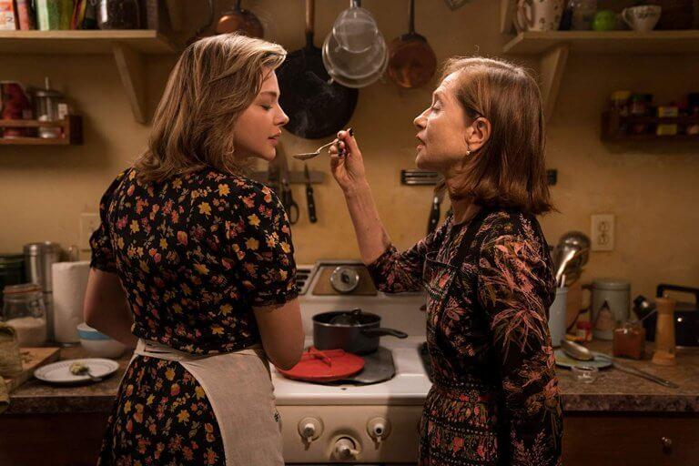 「佔友欲」超強怎麼辦?伊莎貝雨蓓在《侵密室友》中成為克蘿伊摩蕾茲的控制狂閨蜜!