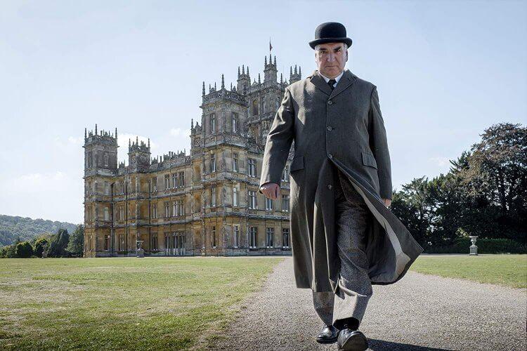 英劇《唐頓莊園》中的已退休大管家:吉姆卡特飾演的查爾斯卡森在電影中也會登場。
