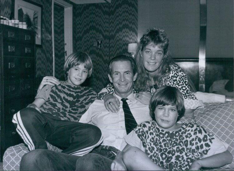 演出過《驚魂記》等知名作品的美國已逝影星安東尼柏金斯與家人合影,其子奧茲柏金斯將籌拍 2020 年新版《糖果屋》電影。