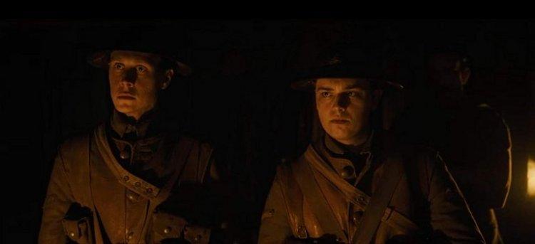 《1917》由喬治麥凱 (George MacKay)、迪恩查爾斯查普曼 (Dean-Charles Chapman) 主演。