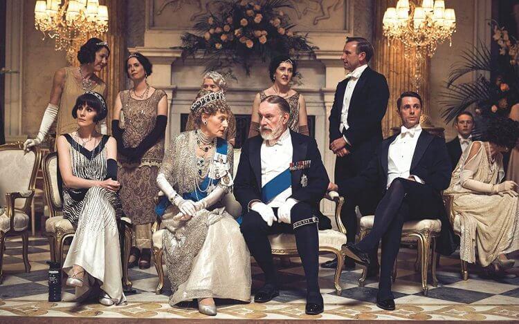 《唐頓莊園》電影中,英國國王及王后親自拜訪唐頓莊園,考利一家包含僕人們皆使出渾身解數,提供最高的款待迎接一國之主來臨。