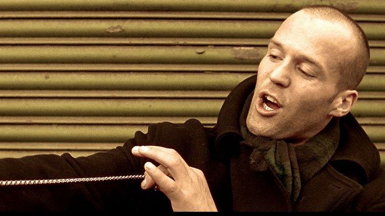 1998 年的英國黑色喜劇電影《兩根槍管》是傑森史塔森的銀幕處女作,據聞導演蓋瑞奇當初挑選角色的要求很「特別」。