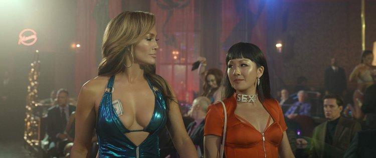 《舞孃騙很大》(Hustlers) 中珍妮佛洛佩茲(Jennifer Lopez) 和吳恬敏(Constance Wu) 有不少同框對戲的姊妹情深演出。