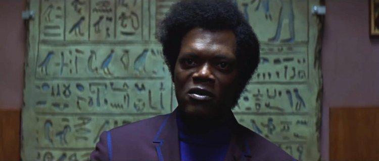 參演奈沙馬蘭導演電影《異裂》的山繆傑克森一樣身穿紫色服飾。