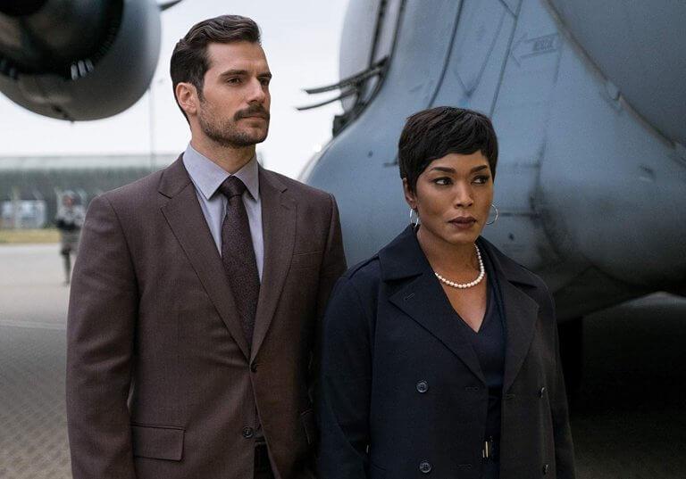 《不可能的任務:全面瓦解》中,亨利卡維爾飾演的 CIA 探員沃克(左)。