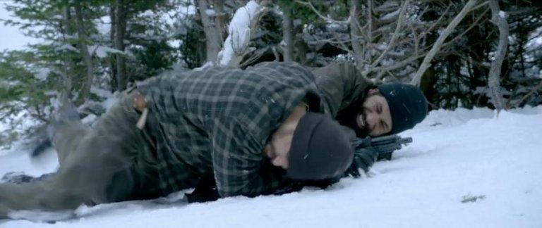 《極限救援》中,傑森摩莫亞所飾演的喬,奮勇力抗販毒集團的職業傭兵。