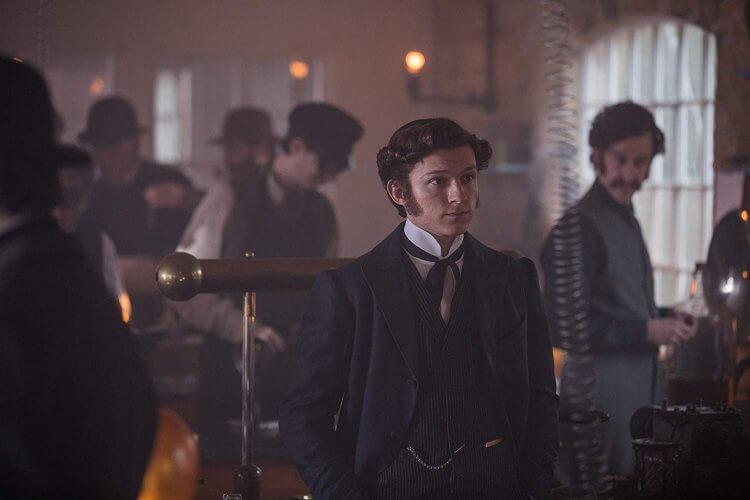 湯姆霍蘭德在《電流大戰》(The Current War) 中飾演愛迪生的秘書。