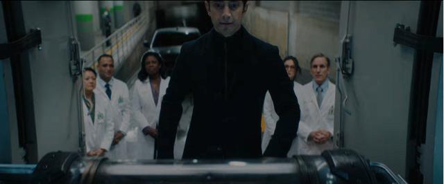 里茲阿邁德 所飾演的卡爾頓德雷克博士才是片中主要的反派角色