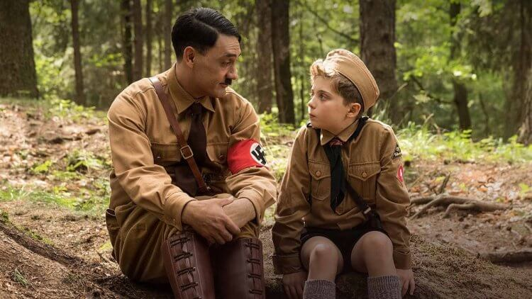 《兔嘲男孩》(Taika Waititi) 背景設置於二戰時期,由本片導演塔伊加維迪提 (Taika Waititi) 親自扮演劇中角色希特勒