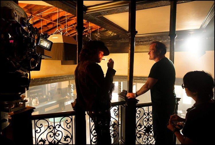 《從前,有個好萊塢》電影拍攝現場的昆汀塔倫提諾導演(右二)。