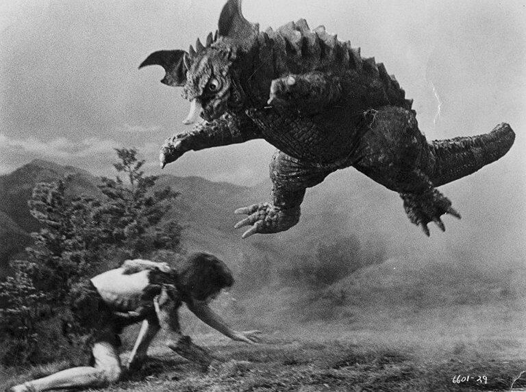 《科學怪人對地底怪獸》中的科學怪人原本看似與人類無異,但漸漸發展出力量跟巨大體型。
