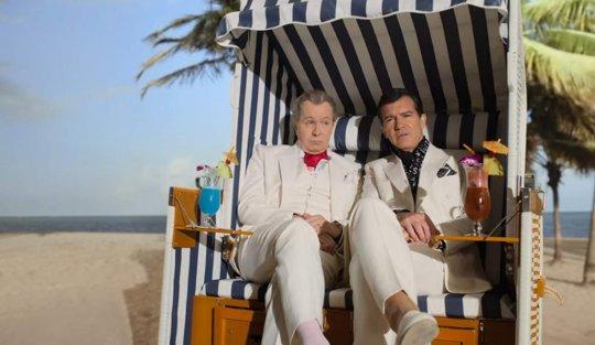 《洗鈔事務所》蓋瑞歐德曼 (Gary Oldman) 和安東尼奧班德拉斯 (Antonio Banderas) 飾演莫薩克馮賽卡律師事務所的兩位合夥人:尤爾根莫薩克 (Jürgen Mossack) 和拉蒙馮賽卡 (Ramón Fonseca)