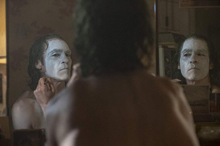陶德菲利普斯導演,瓦昆菲尼克斯主演的劇情片《小丑》劇照。