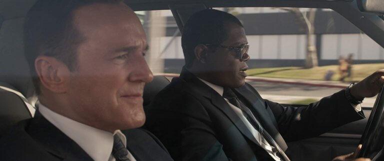 《驚奇隊長》片中尼克福瑞與考森探員駕車移動的畫面。