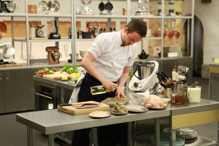 BBC 英劇影集《料理達人賽:職業賽 第 13 季》節目畫面。