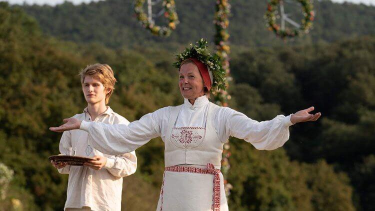 《仲夏魘》片中主角兩人參加每 90 年才舉辦一次的仲夏節慶典,卻陷入失控的儀式之中......