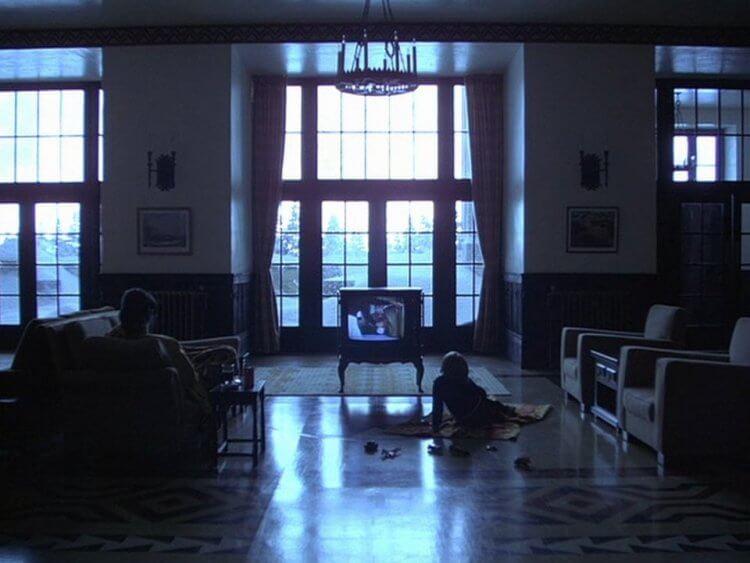 《鬼店》(The Shining) 電視上播著《Summer of 42》