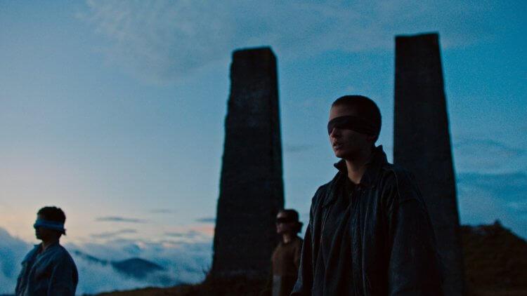 阿雷漢卓蘭迪斯導演作品,電影《失控少年兵團》中矗立在雲深處的石碑。