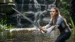 劍在手跟我走!Netflix 奇幻影集《天命之咒》看凱薩琳蘭福德「母親有交代,把劍給梅林」持神劍攜手亞瑟王抗敵
