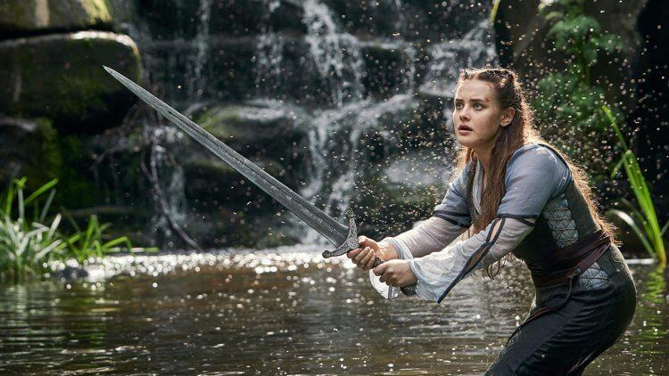 劍在手跟我走!Netflix 奇幻影集《天命之咒》看凱薩琳蘭福德「母親有交代,把劍給梅林」持神劍攜手亞瑟王抗敵首圖
