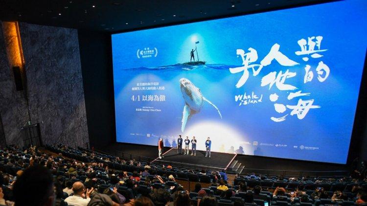 終於等到《男人與他的海》!「海洋文學作家」與「水下鯨豚攝影師」與大海的動人相遇,最美麗的台灣海洋電影 4/1 起上映首圖