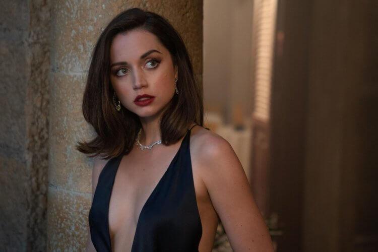 安娜德哈瑪絲在《007:生死交戰》中演出新的龐德女郎,形象性感。