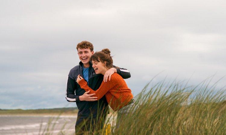 今年大受好評的愛爾蘭影集《正常人》,兩名女性編劇薩莉魯尼及愛麗絲比爾希也入圍了 2020 年艾美獎。